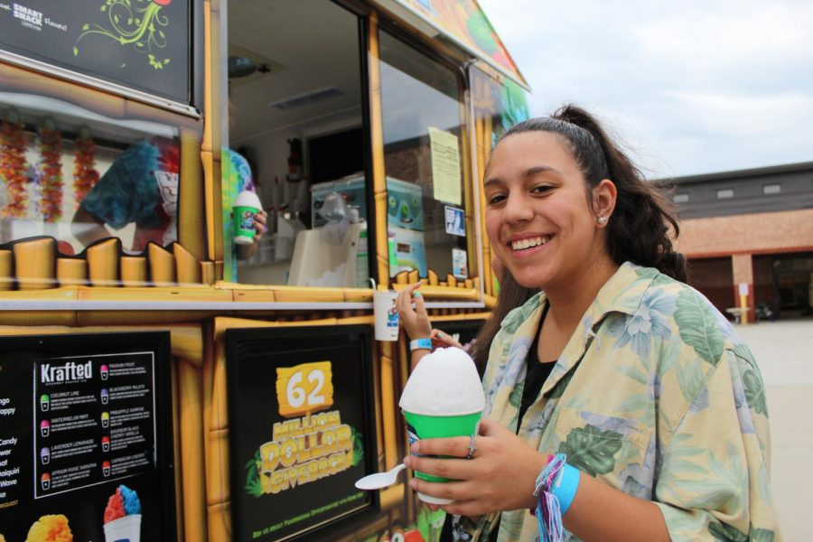 Keep palm and carry on. Junior Monica Ramos receives her complementary Kona ice at the DECA tailgate. The club wanted to encourage students to show school spirit at the game.
